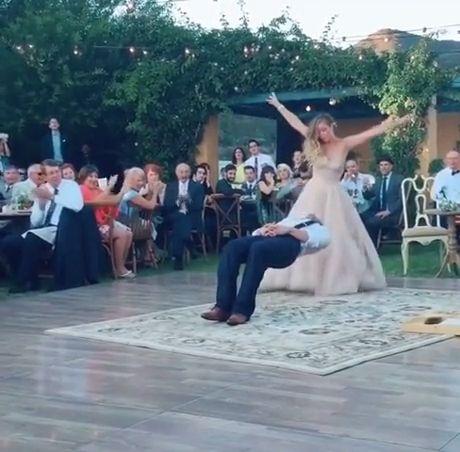 Best Surprise Wedding Dance Ever - Funny Videos - funvizeo.com - wedding,dance,funny