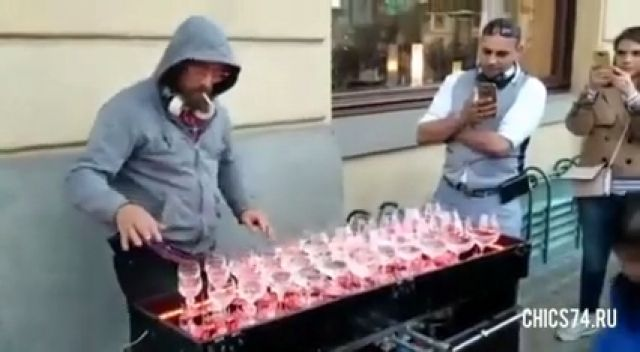 Street Artist Playing Crystal Glasses - Funny Videos - funvizeo.com - music,glasses,water,artist,funny