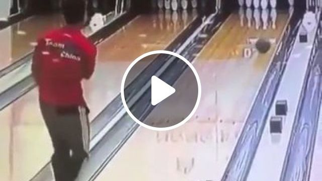 Lucky bowling guy - video - funvizeo.com - humor,funny videos,bowling,funny sport videos,lucky