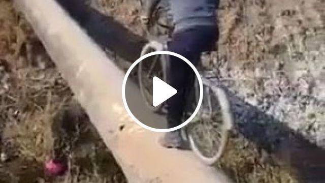 Right In The Middle - Funny Videos - funvizeo.com - funny fails,humor,bike