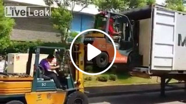 Creative at work - Forklifts Lifting Forklifts - Funny Videos - funvizeo.com - forklifts, large package, truck, freight, creative at work, humor