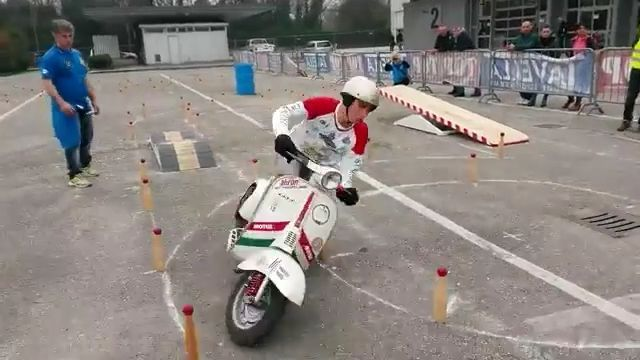 It isn't for beginners to learn to ride motorcycles - Funny Videos - funvizeo.com - vespa motorcycles, vespa scooters, vespa italia, learn to ride motorcycles, motorcycle skills, funny