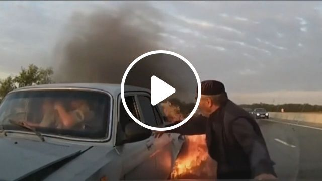 They are the heroes! - Funny Videos - funvizeo.com - car, fire, accident, hero, help people