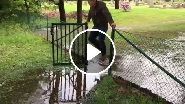 I can't stop crying laughing this man, hahahaha, funny gifs, funny, water, gate