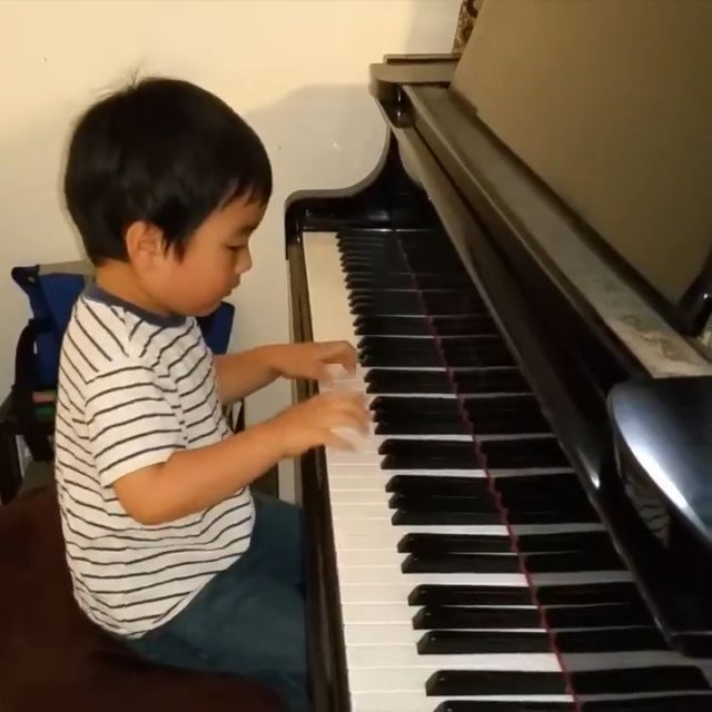 Small age but great talent! - Funny Videos - funvizeo.com - kid,piano,talent,music