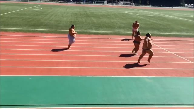 Sumo wrestlers doing a 100m sprint race
