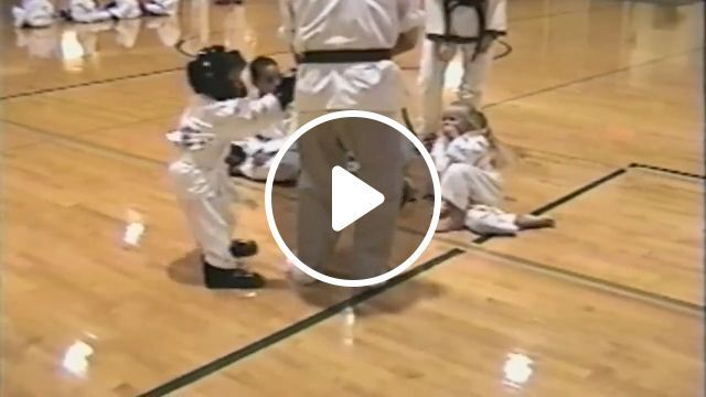 Hero Kid - video - funvizeo.com - hero, kid, humor, rescue, martial arts